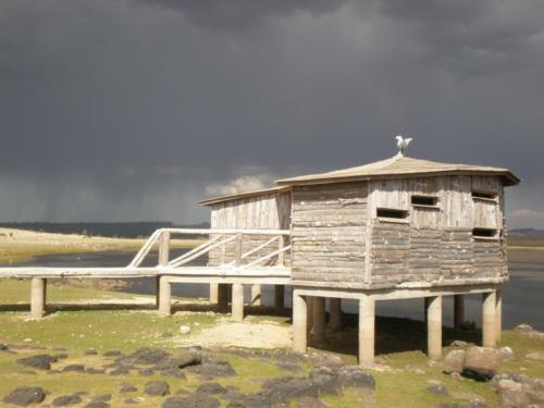 Cabaña en un lago del Madio Atlas